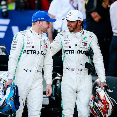Valtteri Bottas och Lewis Hamilton går och talar med varandra