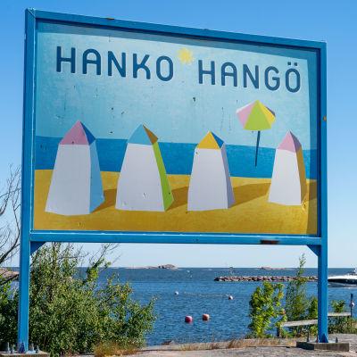 Hanko-kyltti rannalla.