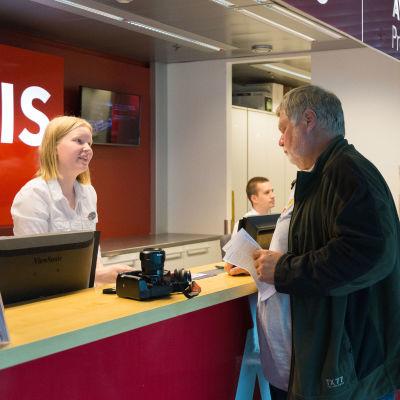 Autovuokraamon palvelutiski Helsinki-Vantaan lentoasemalla