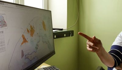 Ett finger pekar på en datorskärm där det finns en karta på havet norr om den estniska ön Dagö.