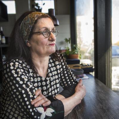 Mavlina Purtseladze istuu pöydän ääressä ja katselee ikkunasta ulos