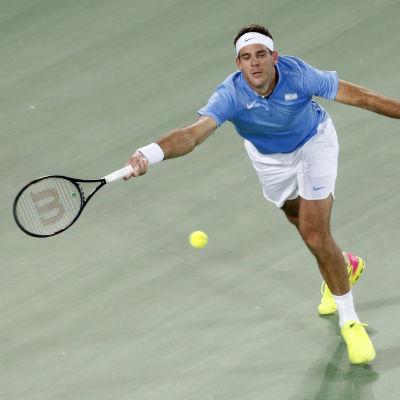Juan Martin del Potro slår ett tennisslag.