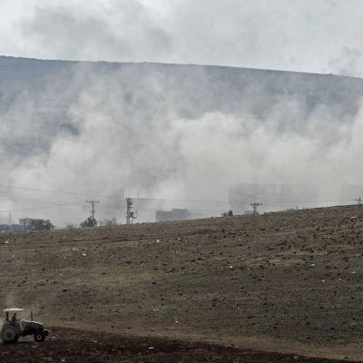 Vy av Kobane i Syrien från den turkiska sidan av gränsen den 28 oktober 2014.
