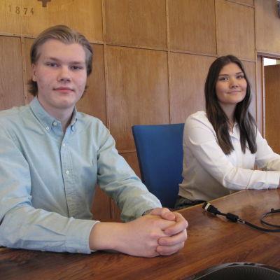 Två unga i fullmäktigesalen i Hangö.