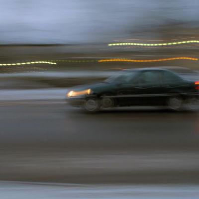 Bil som kör för fort.