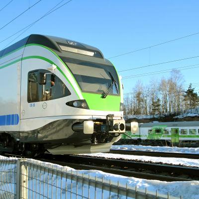 Tåg i soligt vinterväder.