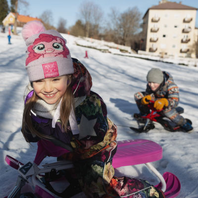 Helmiina ja Justus Rautiainen laskivat mäkeä Annalan laskiaisriehassa Helsingissä 03.03.2019.