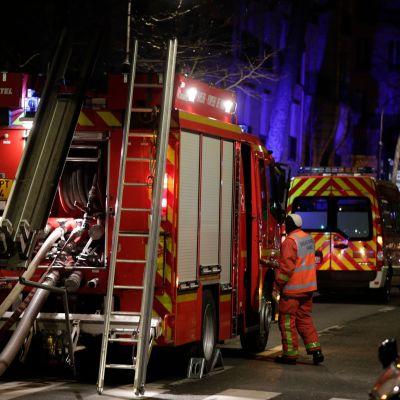 Brandbilar och brandmän i närheten av branden på Rue Erlanger i sydvästra Paris tidigt på tisdag morgon.