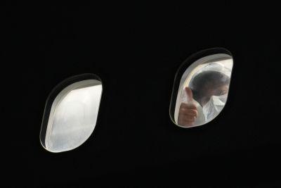 En passagerare visar tummen upp efter att ha landat i Storbritannien 17.8.2021