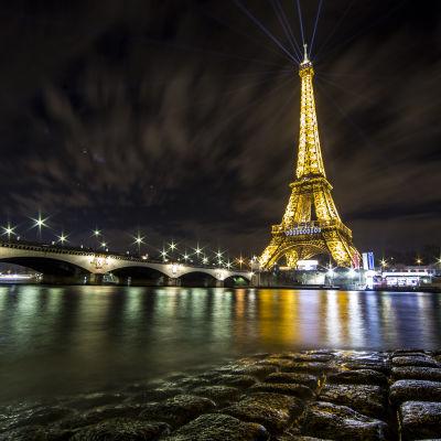 Eiffeltornet under en ljusinstallation av konstnären Yann Toma i anslutning till FN:s klimatmöte i Paris.