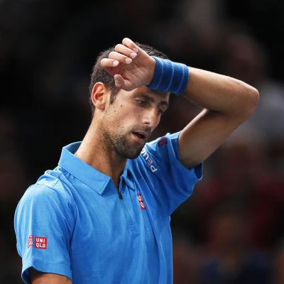 Novak Djokovic torkar svetten ur pannan.
