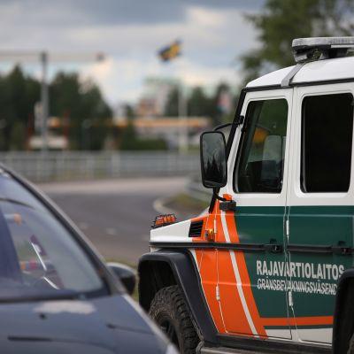 Auto ylittämässä Suomen ja Ruotsin rajaa Torniossa