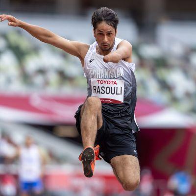 Afganistanin Hossain Rasouli hyppäämässä pituutta Tokion paralympialaisissa 31.8.2021.