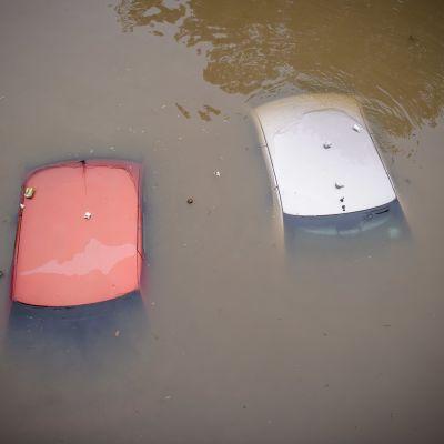 Kaksi autoa upoksissa veden alla.