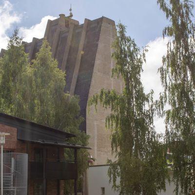 Toppilan tehtaan vanha siilorakennus talojen keskellä Oulussa.