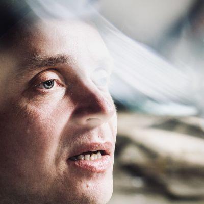 Petri Poikolainen i närbidl i rollen som Jaakko.