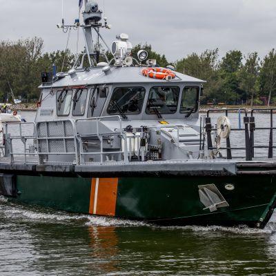 Finska vikens sjöbevakning assisterar båtförare från Hangö till Kotka.