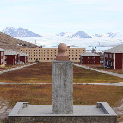 Lenin blickar ut över det övergivna gruvsamhället Pyramiden på Svalbard