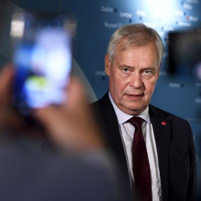 Antti Rinne fotograferas av journalister vid ambassadörernas möte i Helsingfors den 19 augusti 2019.