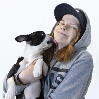 Jasmin Pyyköllä on sylissä Domi-koira.