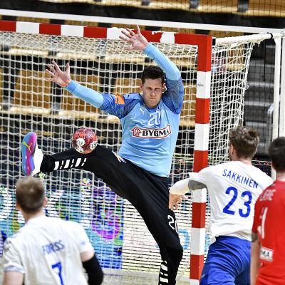 Sebastian Säkkinen kastar ett skott mot Kevin Möller.