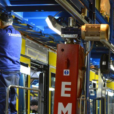 Työntekoa Transtechin tehtaalla Kajaanissa.