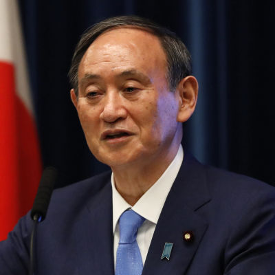 Japans premiärminister Yoshihide Suga håller presskonferens.