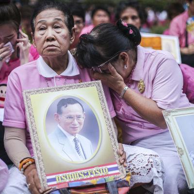Två damer sörjer Thailands avlidne kung Bhumibol