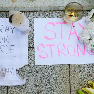 Blommor och kondoleanser för offren i samband med terrorattacken i Nice.