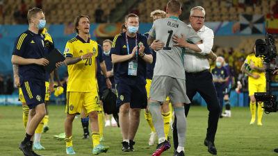 Ruotsin miesten jalkapallomaajoukkue juhlimassa 0–0-tasapeliä Espanjaa vastaan EM-kisojen avausottelussa. Maalivahti Robin Olsen halaa päävalmentaja Jan Anderssonia.