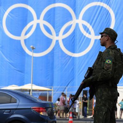 Beväpnad vakt under OS i Rio.