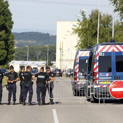 Ranskan poliisi eristi tehdasalueen Lyonin lähellä kesäkuussa surman jälkeen.