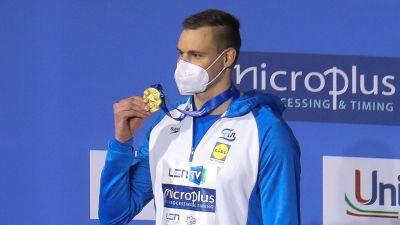 Ari-Pekka Liukkonen poserar med guldmedalj.