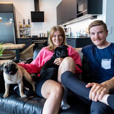 Lotta ja Joonas Henttala kotonaan Tuusulassa Karin ja Tapion (vas) kanssa.