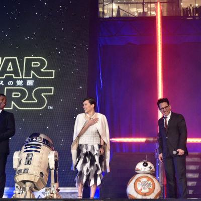 Huvudrollsinnehavarna i Star Wars: The Force Awakens vid premiären i Japan.