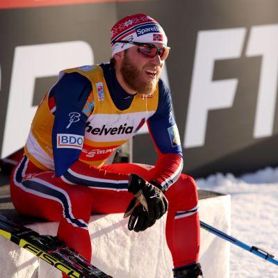 Martin Johnsrud Sundby sitter på en bänk.