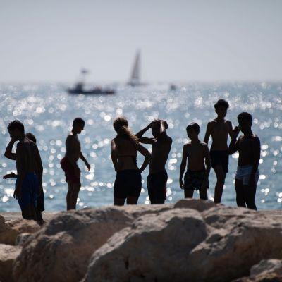 Ungdomar som hänger vid vattnet.