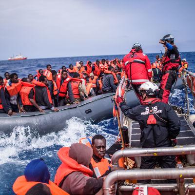 Medlemmar av SOS Méditerranée från Aquarius under en räddningsinsatsw ungefär 50 kilometer från Libyens kust den 18 april 2018.