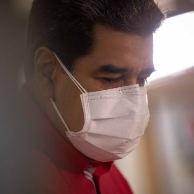 Nicolás Maduro med ansiktsskydd på.