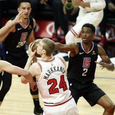 Lauri Markkanen i duell med tre spelare från Los Angeles Clippers.