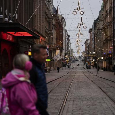 Kulkijoita Aleksanterinkadulla Helsingissä 6. joulukuuta 2020.