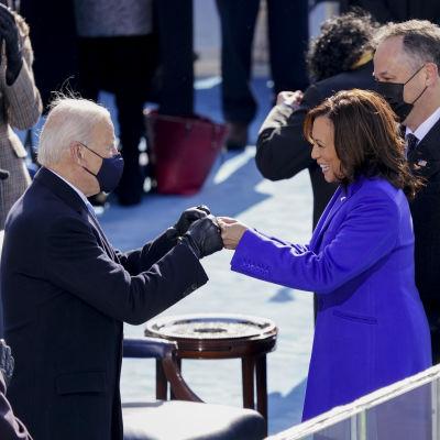 President Biden och vicepresident Harris gör en knogkrock.