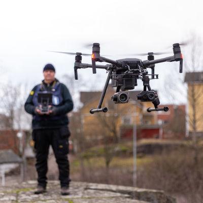 vanhempi rikoskonstaapeli Mitro Rantanen lennättää poliisin droonia Pasilassa