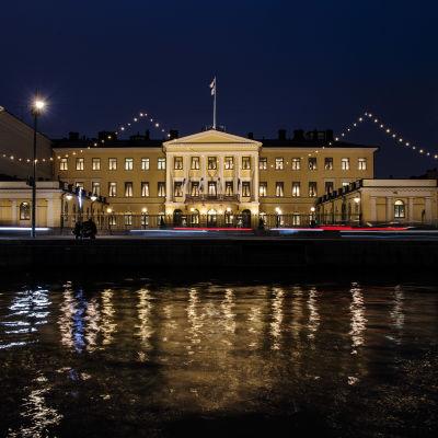 Presidentinlinnaa valokuvattiin ahkerasti illan pimetessä 6. joulukuuta 2020 Helsingissä.