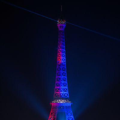 Eiffeltornet upplyst i PSG:s färger.