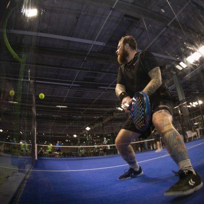 Jon Eklund pelaamassa padelia.