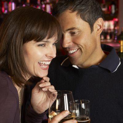 Leende man och kvinna i bar