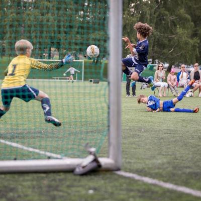 Maalitilanne Pallo-Pojat Juniorit (PPJ) 2006 Eira, ja Puistolan Urheilijat (PuiU) 2006 pojat jalkapallo-ottelussa, Väinämöisen kenttä, Hki, 8.7.2017.