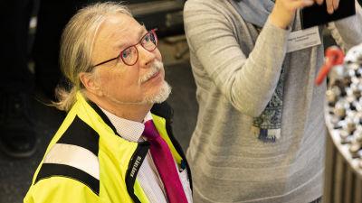 LUT-yliopiston professori Juhani Hyvärinen esittelemässä pienydinvoimalaa.