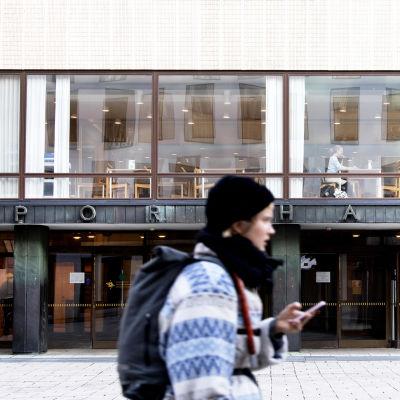 Porthaniabyggnaden på Helsingfors universitets centrumkampus.